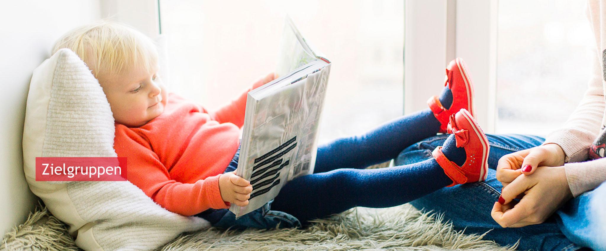 Kind mit Buch in den Händen