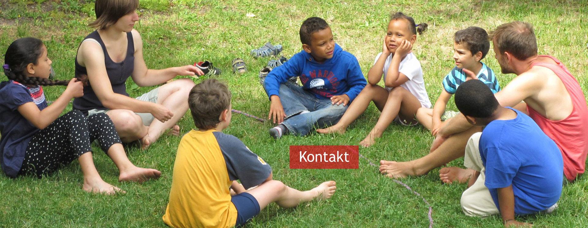 Kinder und Jugendliche auf Wiese