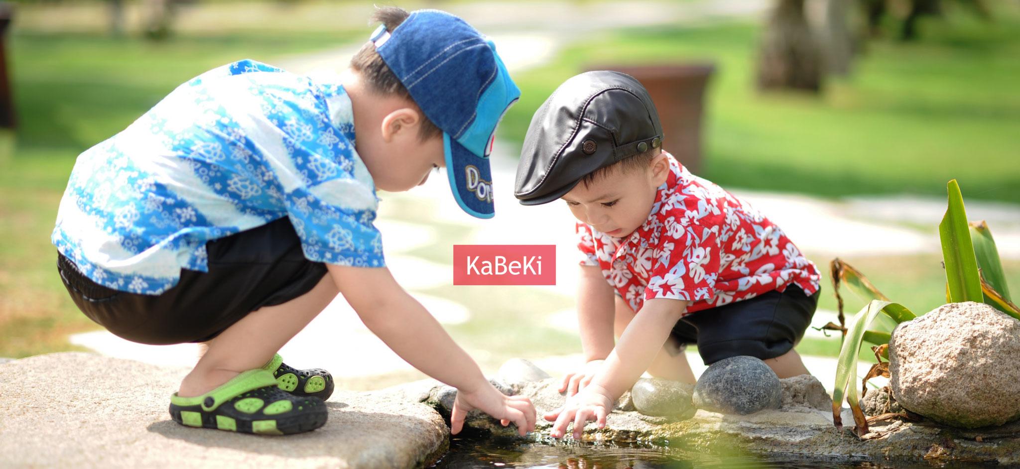 Kinder spielen am Wasser